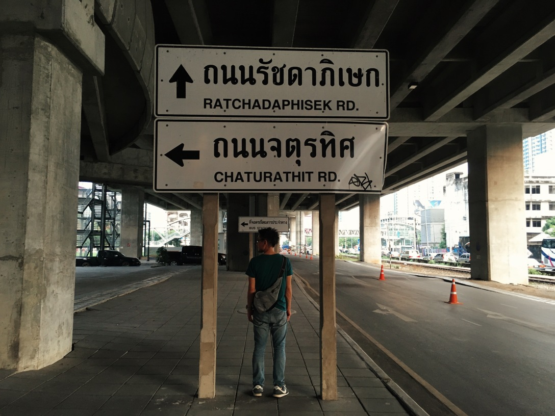 何故かオシャレに見えるタイ語の看板、とShinnya。